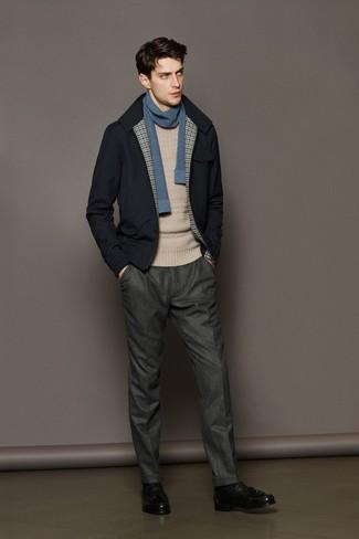 Как и с чем носить: темно-синий шерстяной бомбер, бежевый вязаный свитер, серые шерстяные классические брюки, черные кожаные лоферы с кисточками