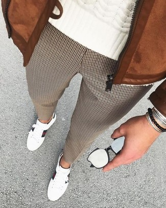 """Как и с чем носить: табачный замшевый бомбер, белый вязаный свитер, коричневые классические брюки с узором """"гусиные лапки"""", белые кожаные низкие кеды"""