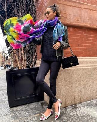 Как и с чем носить: черный кожаный бомбер, черный вязаный свитер, черные леггинсы, белые кожаные лоферы с цветочным принтом