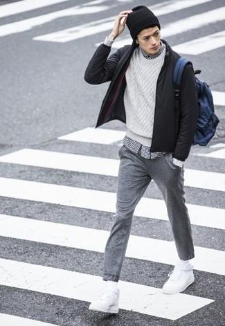 Как и с чем носить: черный бомбер, белый вязаный свитер, бело-черная рубашка с длинным рукавом в мелкую клетку, серые спортивные штаны