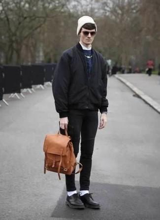 Черные зауженные джинсы: с чем носить и как сочетать мужчине: Черный бомбер и черные зауженные джинсы прочно закрепились в гардеробе многих молодых людей, позволяя создавать эффектные и стильные образы. Хочешь добавить сюда немного утонченности? Тогда в качестве обуви к этому луку, обрати внимание на черные кожаные туфли дерби.