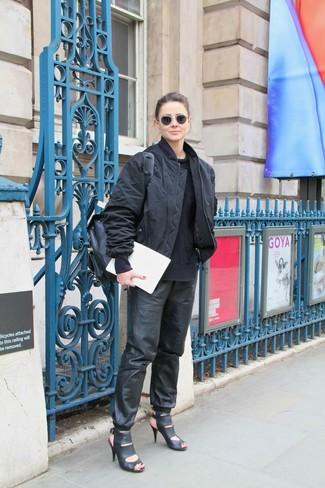 Как и с чем носить: черный бомбер, черный вязаный свитер, черные кожаные спортивные штаны, черные кожаные босоножки на каблуке