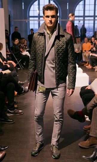 Как и с чем носить: оливковый стеганый бомбер, серый двубортный пиджак, серые шерстяные классические брюки в мелкую клетку, темно-зеленые кроссовки