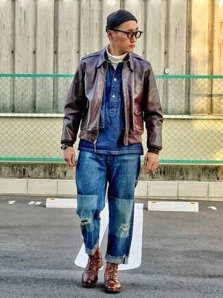 Как и с чем носить: темно-коричневый кожаный бомбер, темно-синяя джинсовая куртка, белая водолазка, темно-синие рваные джинсы