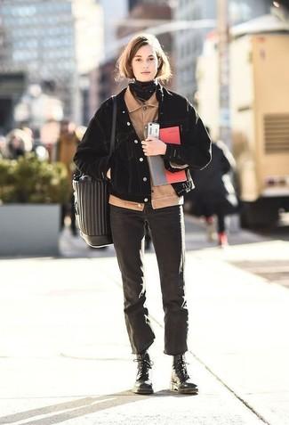 Как и с чем носить: бежевый вельветовый бомбер, черная джинсовая куртка, черные джинсы, черные кожаные ботинки на шнуровке