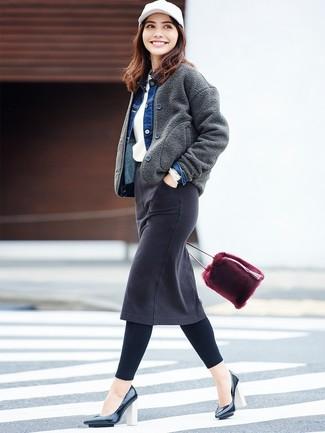 Как и с чем носить: темно-серый шерстяной бомбер, синяя джинсовая куртка, белый свитер с круглым вырезом, черная джинсовая юбка-карандаш