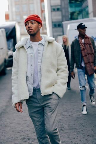 Как и с чем носить: белый флисовый бомбер, голубая джинсовая куртка, белая футболка с круглым вырезом, серые шерстяные классические брюки