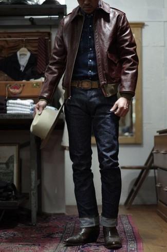 Темно-коричневые кожаные ботинки челси: с чем носить и как сочетать мужчине: Комбо из темно-красного кожаного бомбера и темно-синих джинсов продолжает нравиться стильным парням. Очень органично здесь смотрятся темно-коричневые кожаные ботинки челси.