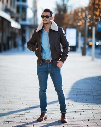Как и с чем носить: темно-коричневый кожаный бомбер, голубая джинсовая рубашка, синие зауженные джинсы, коричневые кожаные повседневные ботинки