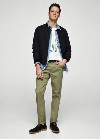 Как и с чем носить: черный замшевый бомбер, голубая джинсовая рубашка, белая футболка с круглым вырезом с принтом, оливковые брюки чинос