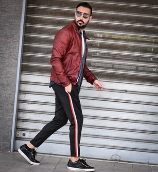 Как и с чем носить: темно-красный кожаный бомбер, темно-синяя джинсовая рубашка, белая футболка с круглым вырезом, черные брюки чинос