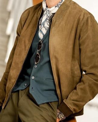 Коричневый замшевый бомбер: с чем носить и как сочетать мужчине: Несмотря на то, что этот лук кажется весьма выдержанным, лук из коричневого замшевого бомбера и оливковых классических брюк неизменно нравится стильным мужчинам, покоряя при этом дамские сердца.