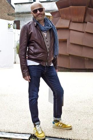 Темно-коричневые носки: с чем носить и как сочетать мужчине: Если ты ценишь удобство и практичность, темно-коричневый кожаный бомбер и темно-коричневые носки — замечательный выбор для модного повседневного мужского образа. Весьма неплохо здесь смотрятся желтые кожаные низкие кеды.