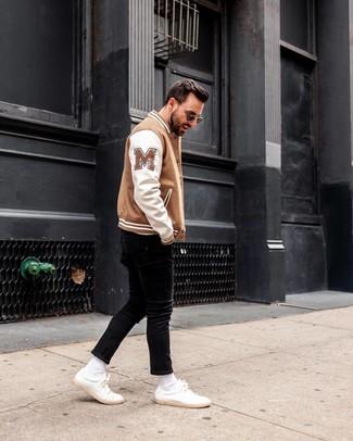 Как и с чем носить: бело-коричневый бомбер, черные зауженные джинсы, белые кожаные низкие кеды, черные солнцезащитные очки