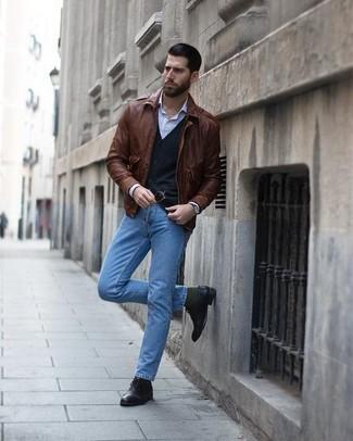 Как и с чем носить: коричневый кожаный бомбер, черный кардиган, голубая классическая рубашка в вертикальную полоску, голубые джинсы