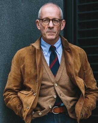 Как и с чем носить: коричневый замшевый бомбер, коричневый кардиган, голубая классическая рубашка, темно-синие джинсы