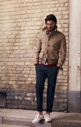 Коричневый бомбер и черные классические брюки — must have вещи в классическом мужском гардеробе. Тебе нравятся дерзкие сочетания? Заверши свой ансамбль белыми низкими кедами.