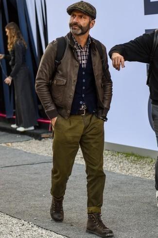 Темно-коричневая кепка: с чем носить и как сочетать мужчине: Если ты запланировал сумасшедший день, сочетание темно-коричневого кожаного бомбера и темно-коричневой кепки позволит составить практичный ансамбль в повседневном стиле. Хочешь сделать ансамбль немного элегантнее? Тогда в качестве обуви к этому образу, выбери темно-коричневые кожаные повседневные ботинки.