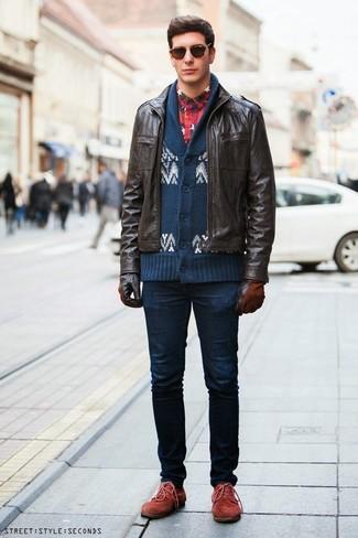Как и с чем носить: темно-коричневый кожаный бомбер, темно-сине-белый кардиган с отложным воротником с жаккардовым узором, темно-сине-красная фланелевая рубашка с длинным рукавом в шотландскую клетку, темно-синие зауженные джинсы