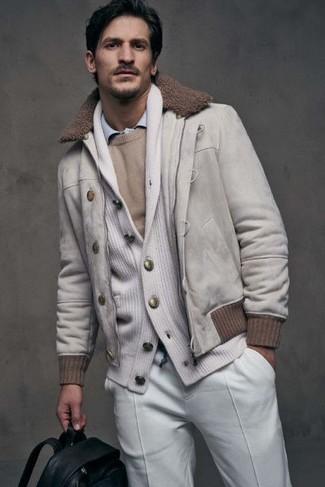Как и с чем носить: белый замшевый бомбер, белый кардиган с отложным воротником, бежевый свитер с круглым вырезом, голубая рубашка с длинным рукавом
