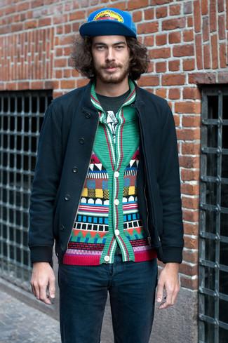 Как и с чем носить: темно-зеленый бомбер, зеленый кардиган с отложным воротником с геометрическим рисунком, темно-зеленая футболка с круглым вырезом с принтом, темно-бирюзовые джинсы