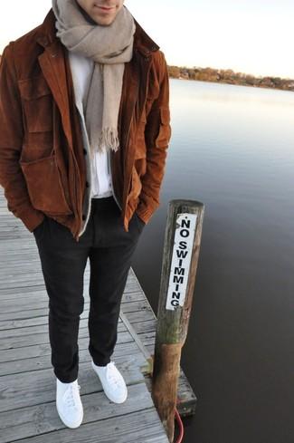 Как и с чем носить: коричневый замшевый бомбер, серый кардиган, белая футболка с круглым вырезом, черные шерстяные классические брюки