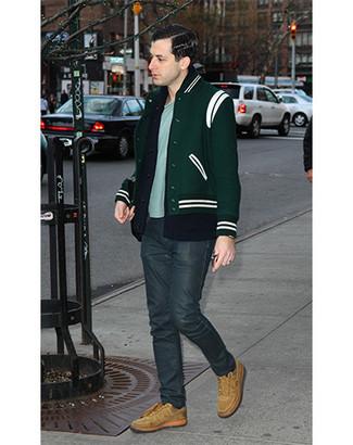 Как и с чем носить: темно-зеленый бомбер, темно-синий кардиган, голубая футболка с круглым вырезом, темно-серые джинсы