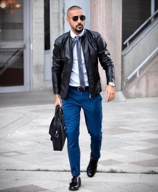 Как и с чем носить: черный кожаный бомбер, белая классическая рубашка, темно-бирюзовые брюки чинос, черные кожаные монки с двумя ремешками