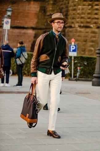Мужские луки в стиле смарт-кэжуал: Ансамбль из темно-зеленого бомбера и белых брюк чинос смотрится круто и стильно. Любители модных экспериментов могут дополнить ансамбль темно-коричневыми кожаными лоферами, тем самым добавив в него немного классики.