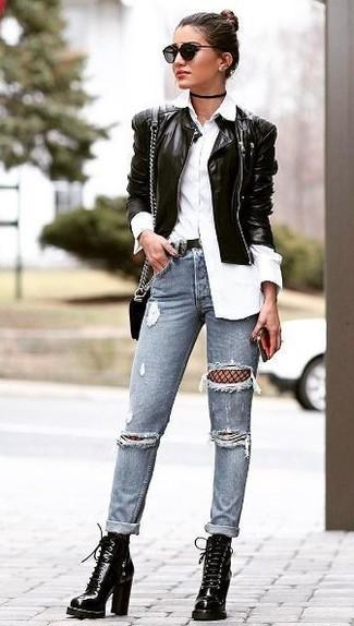 Как и с чем носить: черный кожаный бомбер, белая классическая рубашка, серые рваные джинсы скинни, черные кожаные ботильоны на шнуровке