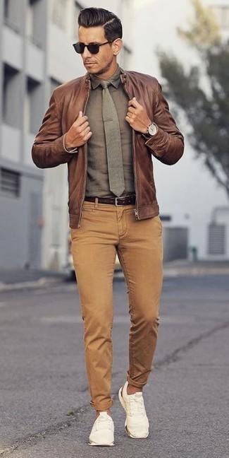 Как и с чем носить: коричневый кожаный бомбер, оливковая классическая рубашка, светло-коричневые вельветовые джинсы, белые низкие кеды