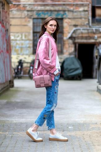 Как и с чем носить: розовый бомбер, белая классическая рубашка, синие джинсы в стиле пэчворк, белые кожаные низкие кеды