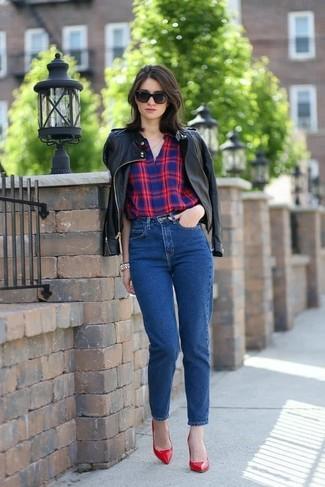 Как и с чем носить: черный кожаный бомбер, красно-темно-синяя классическая рубашка в шотландскую клетку, синие джинсы, красные кожаные туфли