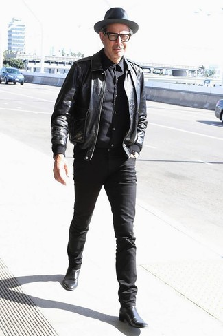 Как и с чем носить: черный кожаный бомбер, черная классическая рубашка, черные зауженные джинсы, черные кожаные ботинки челси
