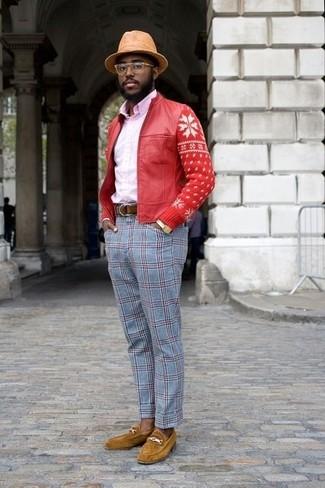 Как и с чем носить: красный кожаный бомбер, розовая классическая рубашка, голубые классические брюки в шотландскую клетку, горчичные замшевые лоферы