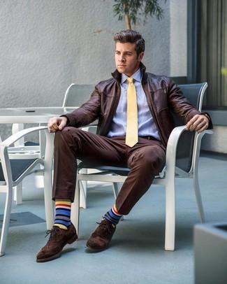 Как и с чем носить: темно-коричневый кожаный бомбер, голубая классическая рубашка, темно-коричневые классические брюки, темно-коричневые замшевые броги