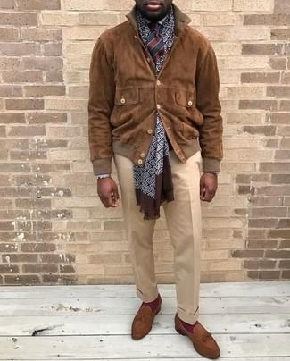 Как и с чем носить: коричневый замшевый бомбер, белая классическая рубашка, бежевые классические брюки, коричневые замшевые лоферы с кисточками