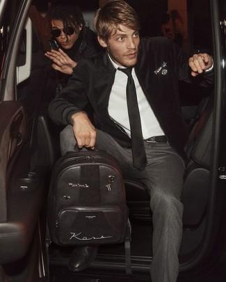 Как и с чем носить: черный бархатный бомбер, белая классическая рубашка, темно-серые шерстяные классические брюки, черные кожаные ботинки челси