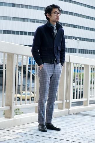 С чем носить темно-серые носки мужчине: Если этот день тебе предстоит провести в движении, сочетание темно-синего шерстяного бомбера и темно-серых носков поможет создать функциональный ансамбль в расслабленном стиле. Любители экспериментов могут закончить ансамбль черными кожаными лоферами, тем самым добавив в него немного изысканности.