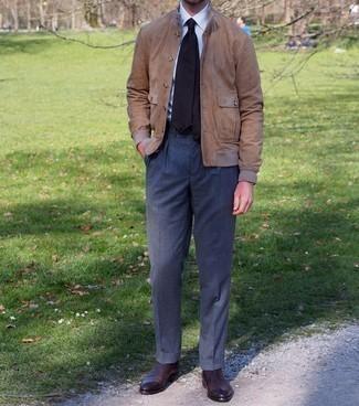 С чем носить темно-серые классические брюки мужчине: Несмотря на то, что это весьма консервативный ансамбль, дуэт светло-коричневого замшевого бомбера и темно-серых классических брюк всегда будет по вкусу джентльменам, неминуемо покоряя при этом дамские сердца. В тандеме с этим образом прекрасно будут выглядеть темно-коричневые кожаные ботинки челси.
