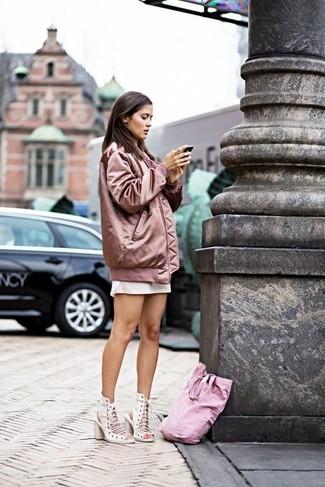 Как и с чем носить: розовый бомбер, белая классическая рубашка, белая мини-юбка, белые кожаные босоножки на каблуке