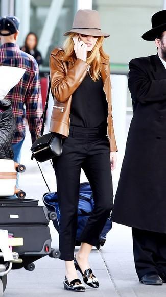 Как и с чем носить: коричневый кожаный бомбер, черная классическая рубашка, черные узкие брюки, черные кожаные лоферы с кисточками