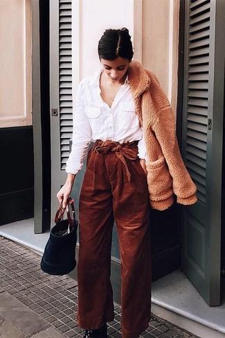 Как и с чем носить: светло-коричневый флисовый бомбер, белая классическая рубашка, табачные вельветовые широкие брюки, черные кожаные ботильоны