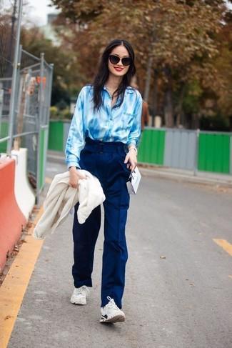 Как и с чем носить: белый флисовый бомбер, голубая классическая рубашка c принтом тай-дай, темно-синие широкие брюки, белые кроссовки