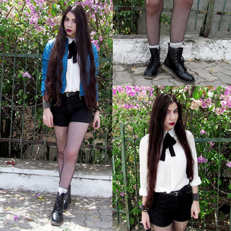 Как и с чем носить: синий кожаный бомбер, белая классическая рубашка, черные шорты, черные кожаные ботинки на шнуровке