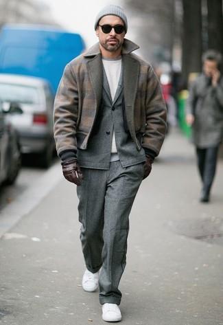 Как и с чем носить: коричневый шерстяной бомбер, серый шерстяной костюм, белый свитшот, белые низкие кеды из плотной ткани