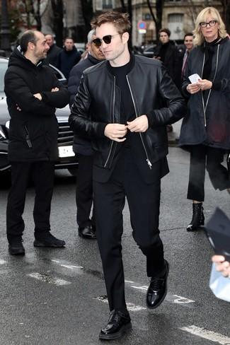 Как и с чем носить: черный кожаный бомбер, черный костюм, черная футболка с круглым вырезом, черные кожаные туфли дерби