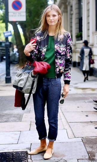 Как и с чем носить: темно-синий бомбер с цветочным принтом, красная кожаная стеганая косуха, темно-зеленая блуза с коротким рукавом, темно-синие джинсы-бойфренды