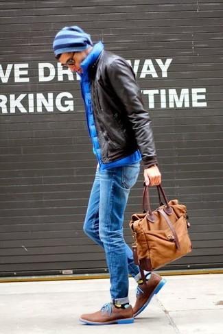 Как и с чем носить: темно-коричневый кожаный бомбер, синяя стеганая куртка без рукавов, синие джинсы, коричневые кожаные туфли дерби