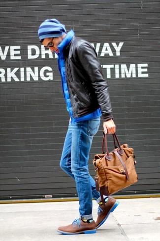 Как и с чем носить: темно-коричневый кожаный бомбер, синяя стеганая куртка без рукавов, синие зауженные джинсы, коричневые замшевые туфли дерби